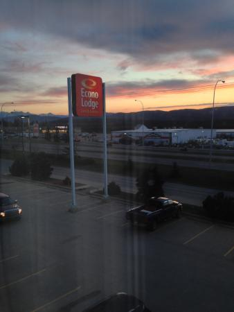 Econo Lodge & Suites: Front of hotel from 3rd floor with sunrise.