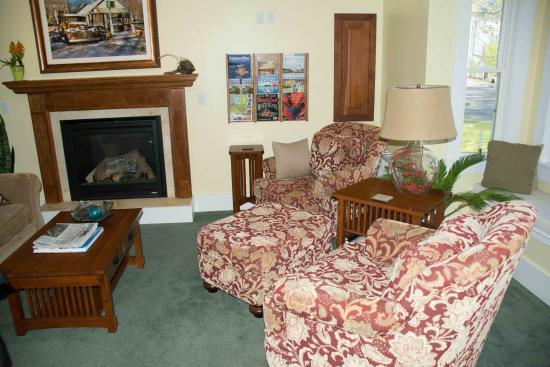 Bayberry House Bed & Breakfast: Cozy Living Room