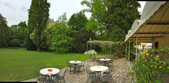 Charming Hotel Villa Soranzo Conestabile: Giardino in primavera.
