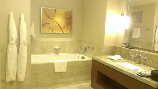 Four Seasons Hotel St. Louis: Bathroom With Deep Soaking Tub