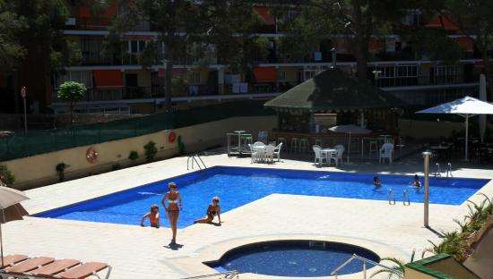 Zona piscina picture of apartamentos inn magaluf tripadvisor - Apartamentos magaluf ...
