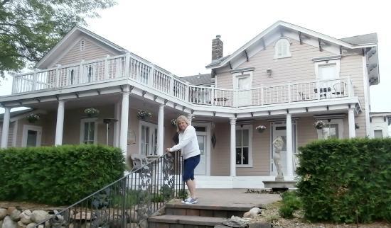 Bird House Inn and Gardens: Front of Resort