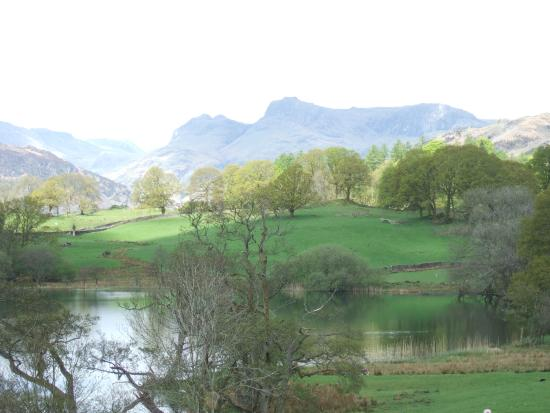 Skelwith Bridge Hotel: Loughrigg Tarn with Langdale Pikes in Background