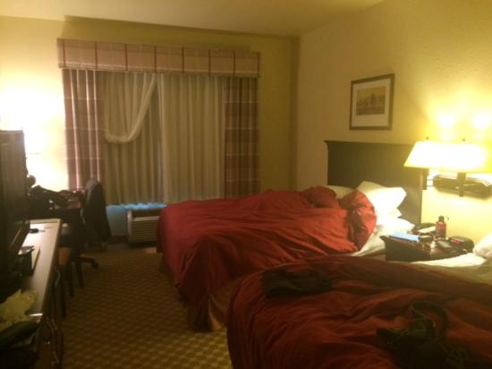 Country Inn & Suites By Carlson, Carlisle: Room is very dark (all the lights are on in this photo)