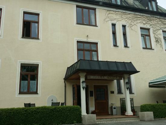 Hotel Grunwald Garni: Outside in the hotel's car park
