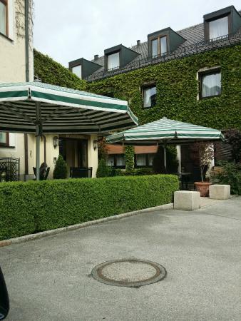 Hotel Grunwald Garni: Outside looking towards reception