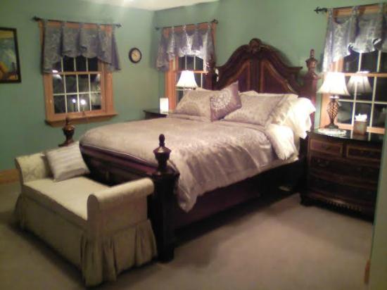 Bear Creek Farm Bed and Breakfast: Romantic Captain's Room