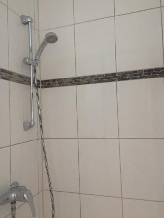 LebensQuelle Hotel: Бордюр в ванной в виде границы