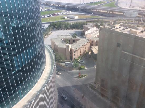 Fraser Suites Seef Bahrain: Windows need some cleaning but good view