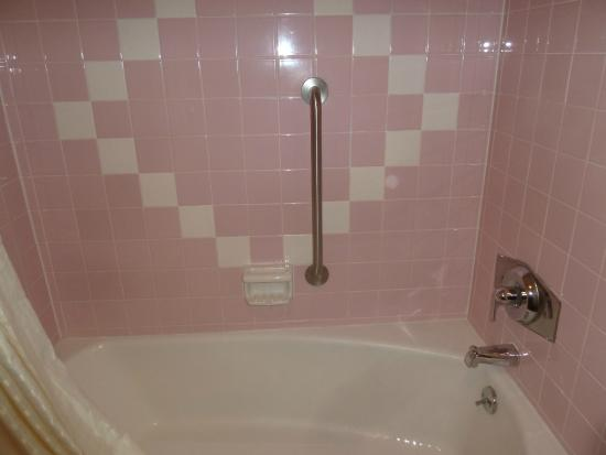 Best Western Thunderbird Motel: 50's pink bathroom tile