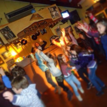 Pizza Sing Karaoke: Por las tardes cumple de niños en exclusiva . Noches diversión , ambiente familiar . También Ani