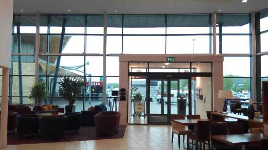 Days Inn Wetherby: Hotel lobby view out to parking