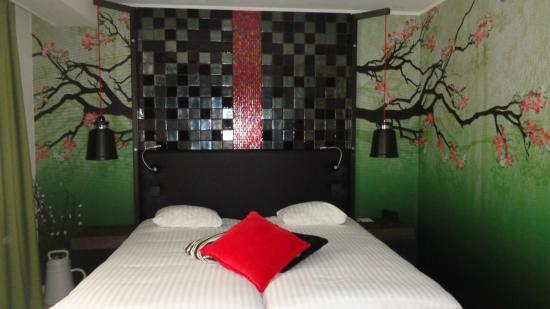 M Hotel - Different Hotels : Two twin beds, comfortable but they did move a bit!