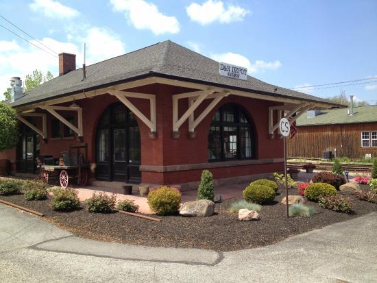 D & R Depot Restaurant: Depot exterior