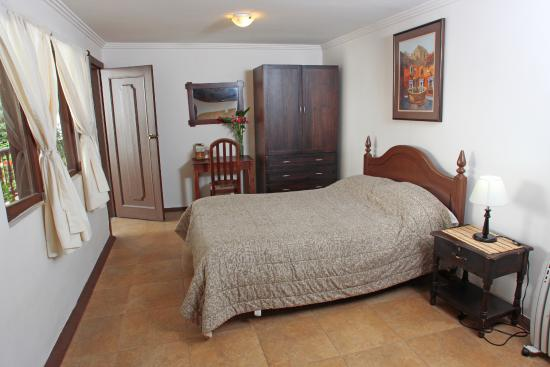 Hostal Macondo: Suite 4, for a couple, has a kithchen and private bathroom, breakfast and hot water.