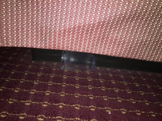 BEST WESTERN PLUS The Inn at Hampton: Cup under bed
