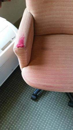 Hampton Inn & Suites Plymouth: Worn desk chair