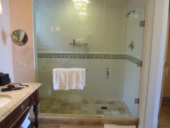 ساندالس إميرالد بآي جريت إكسوما - شامل جميع الخدمات: Shower area of one of the bathrooms.  There are two bathrooms in this suite.