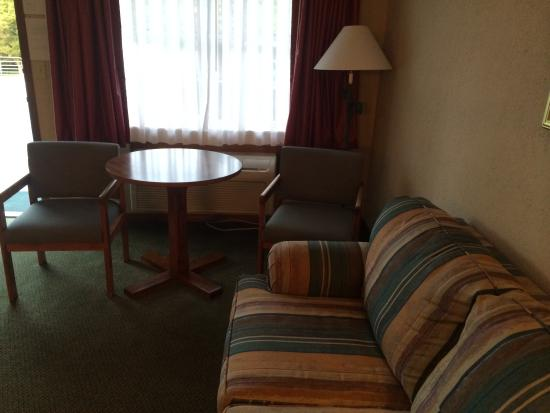 Mountain Aire Motor Inn: Couch, table, chairs, entry doorway