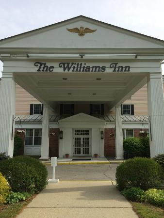 Williamstown, MA: The entrance to the Williams Inn
