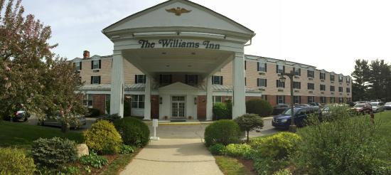 ‪‪Williamstown‬, ماساتشوستس: Panoramic view of the entrance to the Williams Inn‬