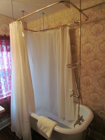 Oak Hill Country Inn: Clawfoot tub in the Garnet room
