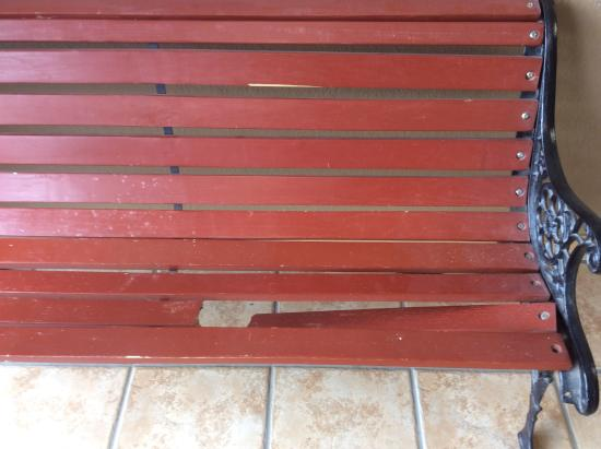 FairBridge Inn & Suites: Broken bench