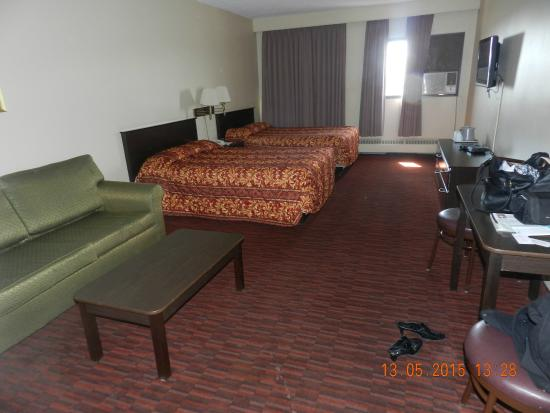 Argyll Plaza Hotel: Overall view of the room