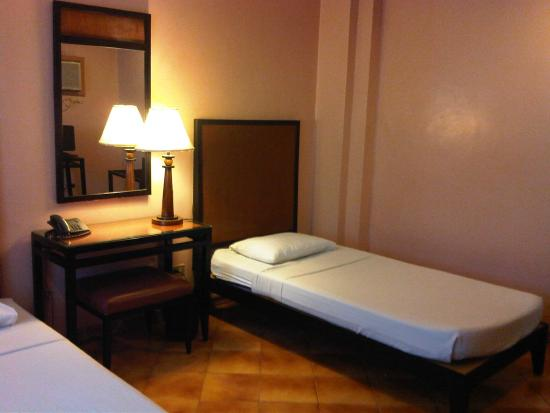 Hotel Alejandro: Single beds and desk