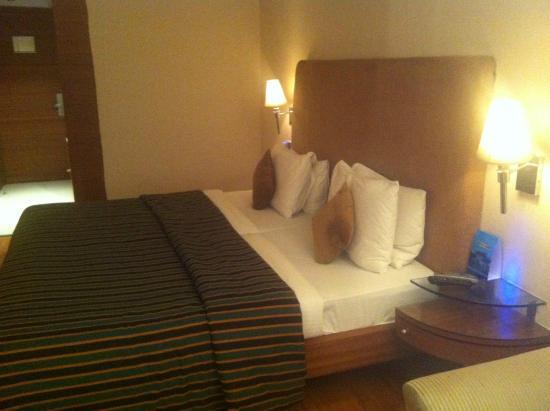 Comfy Bed - Picture of Roland Hotel, Kolkata (Calcutta