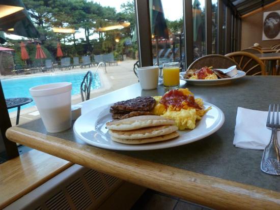 Residence Inn Plainview Long Island: 朝食バイキングはプール脇のレストランで。