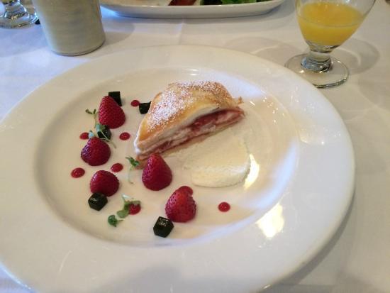 Φόρεστβιλ, Καλιφόρνια: Our favorite breakfast- Strawberry Crepe Cake