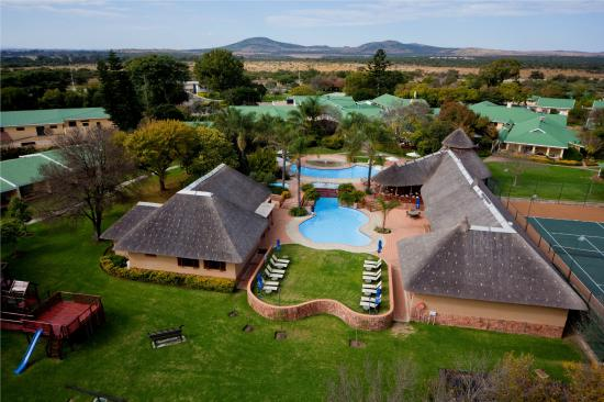 Polokwane, Sør-Afrika: Aerial view of swimming pool and recreational area