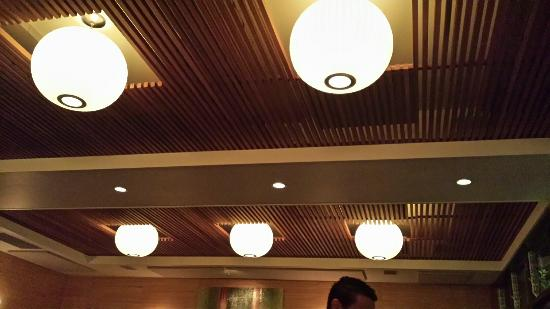 Rivoli Restaurant: beautiful soft lighting - so you can see the menu but there's no glare