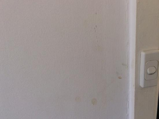 Armadale Serviced Apartments: Atypical state of the walls in all the rooms