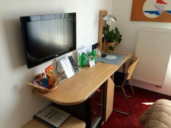 Hotel Arina: Schreibtisch, Minibar und TV