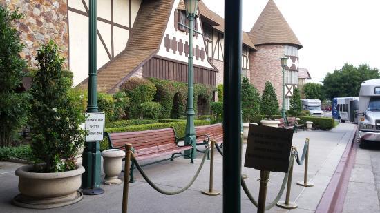 Anaheim Majestic Garden Hotel Waiting Area For The Disneyland Shuttle