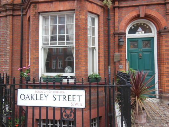 Oakley Hotel : main entrance on Oakley Street, Chelsea