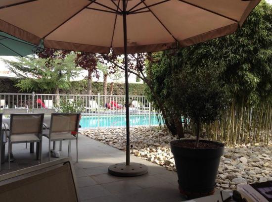 Safari Hotel: La terrasse qui donne sur la piscine