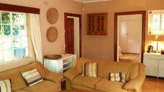 Honeybear Guest Lodge : Guest Cottage Lounge