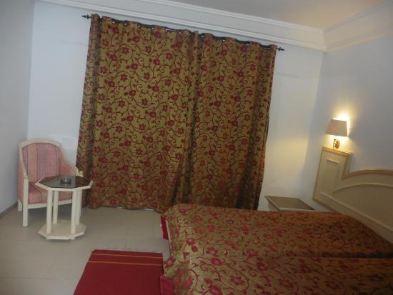 Couvre lit et double rideau un peu vieillot picture of zodiac hammamet t - Comment doubler un rideau ...