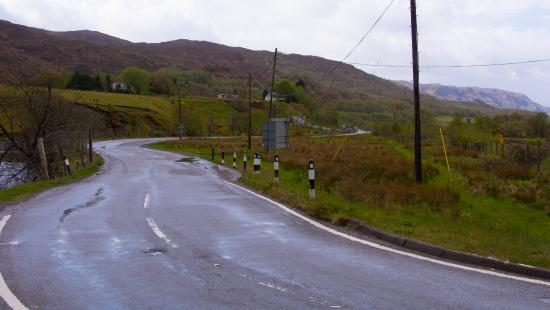 Strathcarron Hotel: The road past the loch to the hotel