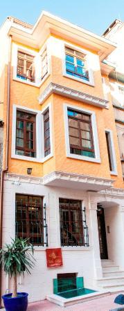 Villa Pera Suite Hotel: Property Building