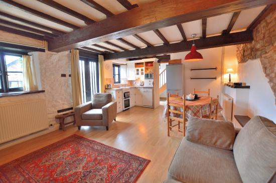Huntsham, UK: The Granary lounge & kitchen