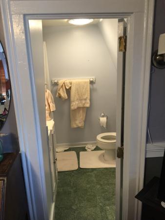 Spring Street Inn: Unser Zimmer war ein Desaster! Nicht, dass es zu klein war, sondern:Fenster undicht,kein warmes