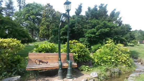 Panchina Con Lampioni Seduti : Le nuove installazioni artistiche autoprodotte con materiali di
