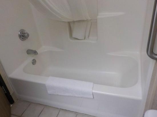 Comfort Suites University: Full size bath tub - Very clean