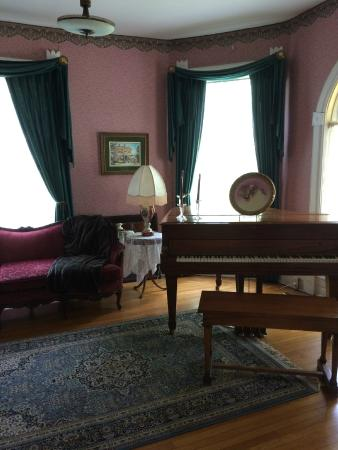 Grand Avenue Bed and Breakfast: Front parlor/music room