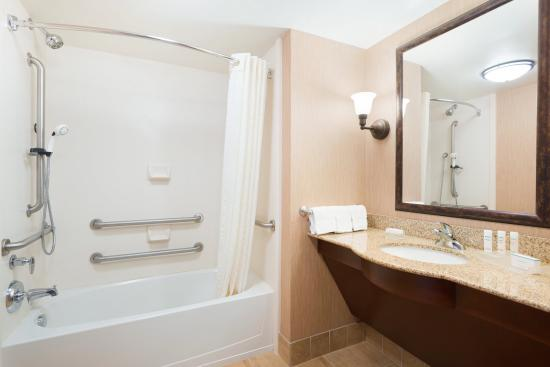 Homewood Suites Minneapolis - New Brighton: Accessible Tub