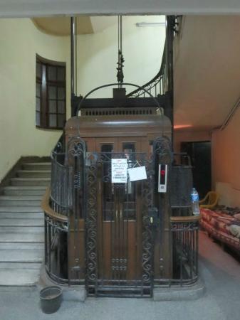 Meramees Hostel: Vintage Elevator